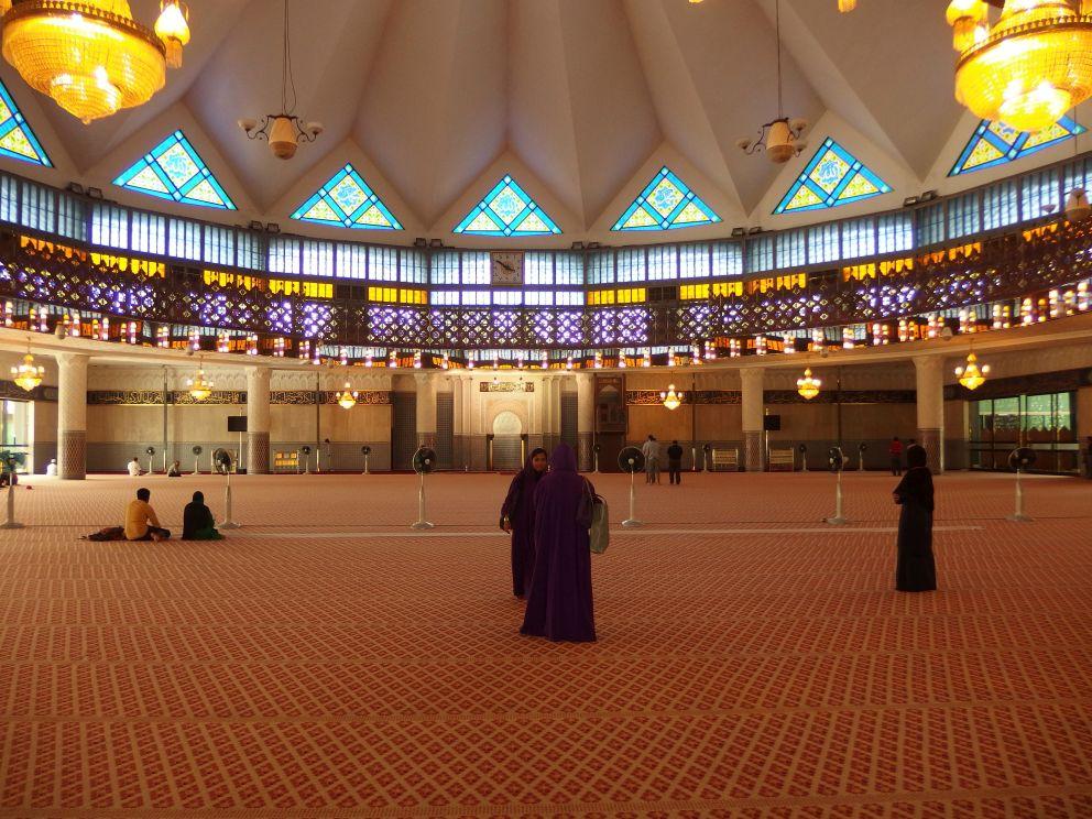 Wnętrze narodowego meczetu w Kuala Lumpur