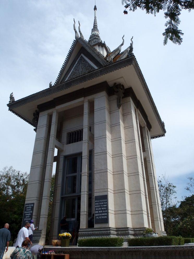 Stupa na wejściu, ku pamięci ofiar reżimu